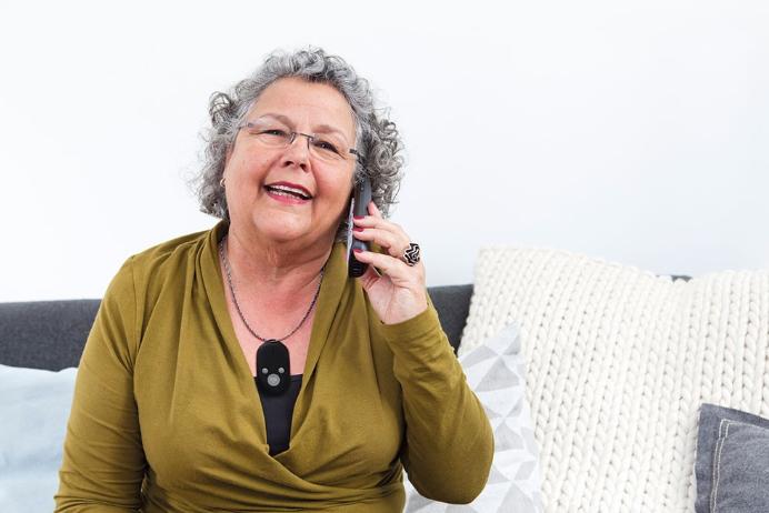 een bejaarde met een senioren GSM